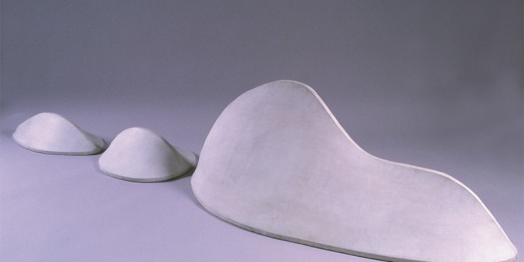 Pino Pascali, Scogliera, 1966 Tela bianca tesa su centine di legno cm 60 x 390 x 50 Soprintendenza per i Beni Artistici Storici e Etnoantropologici delle Province di Siena e Grosseto