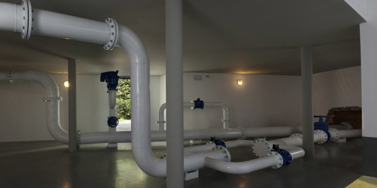 "Sigalit Landau ""‏King of the Shepherds and the Concealed Part"", 2011 Metal pipes, water 11.2x2.2x8.6 meters Installation view, Israeli Pavilion, 54th Venice Biennale, Venice, 2011 © Sigalit Landau Courtesy the artist and kamel mennour, Paris"