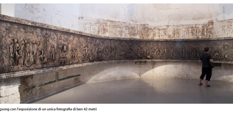 Wang Quingsong con l'esposizione di un'unica fotografia di ben 42 metriv