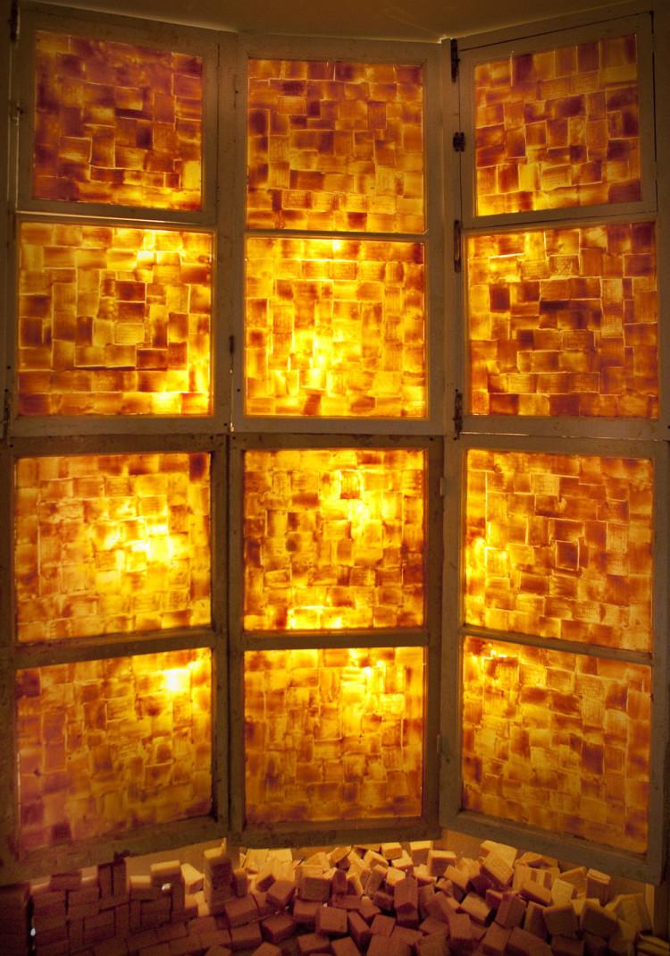 Gruppo Mylo, Stanza d'ambra 2010 Installazione Illuminazione, moduli finestra, vetro, sapone The Amber Room 2010 Installation Light, window frames, glass, soap