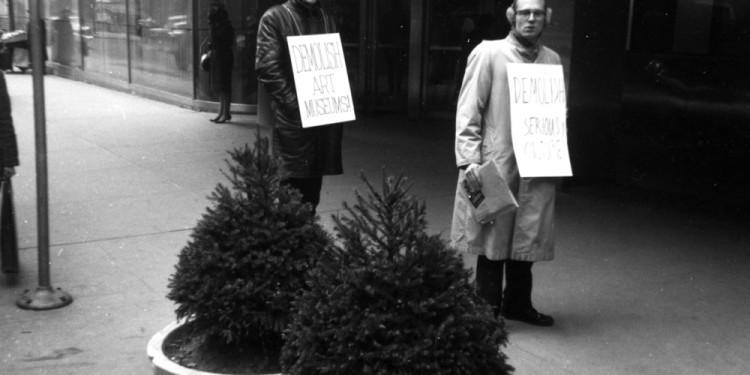 Henry Flynt: Sztrájkőrség a MoMA előtt | Picket MoMA, 1963 A művész jóvoltából Henry Flynt: Picket MoMA, 1963 Courtesy of the artist