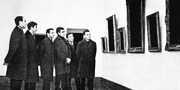 Tót Endre: Ein Besuch im Museum| Látogatás a múzeumban, 1972 A művész jóvoltából Endre Tot: Ein Besuch im Museum| Museum Visit, 1972 Courtesy of the artist