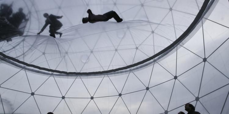 Tomás Saraceno Observatory/Air-Port-City Hayward Gallery,London, 2008. Gesamthöhe: 9,6 m Courtesy: The artist and Andersen's Contemporary,Tanya Bonakdar Gallery, pinksummer contemporary art. Foto: Courtesy Tomás Saraceno