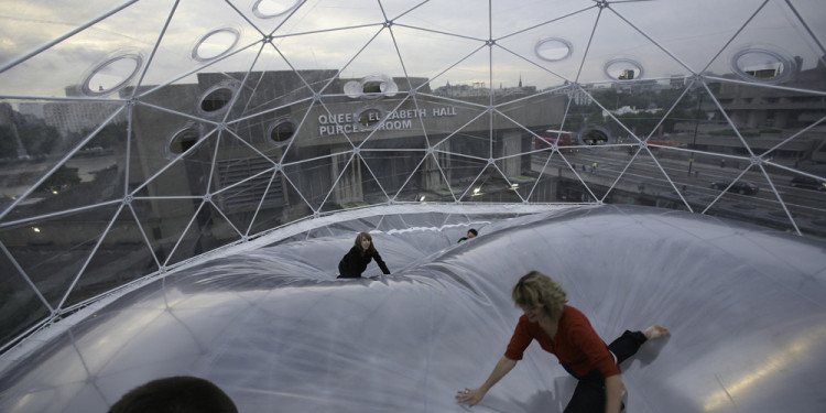 Tomás Saraceno Observatory/Air-Port-City Hayward Gallery,London, 2008. Gesamthöhe: 9,6 m Courtesy: The artist and Andersen's Contemporary,Tanya Bonakdar Gallery, pinksummer contemporary art. Foto: Courtesy Tomás Saraceno
