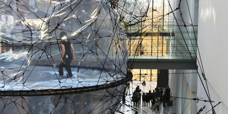 Tomás Saraceno Biosphere, Installationsansicht Statens Museum for Kunst, Kopenhagen, Dänemark, 2009 Foto: Courtesy Tomás Saraceno, Produced by National Gallery of Denmark 2009