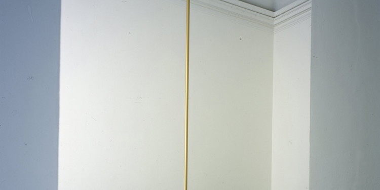 Gino De Dominicis Senza titolo (Untitled), 1967-69 roccia, asta dorata / rock, gilded rod roccia / rock, 120 x 120 x 130 cm; asta / rod, h 460 cm Fondazione per l'Arte Moderna e Contemporanea CRT in comodato presso / on loan to Castello di Rivoli Museo d'Arte Contemporanea, Rivoli-Torino GAM – Galleria Civica d'Arte Moderna e Contemporanea, Torino foto / photo Paolo Pellion