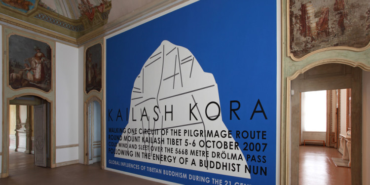Hamish Fulton Kailash Kora, 2007 pittura opaca, lettere viniliche / matt paint, vinyl letters 730 x 460 cm Castello di Rivoli Museo d'Arte Contemporanea, Rivoli-Torino Deposito a lungo termine / Long term loan Collezione dell'artista / Collection of the Artist foto / photo Paolo Pellion