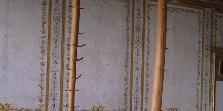 """Giuseppe Penone Albero di 11 metri (11-Meter Tree), 1969 – 1989 legno di abete / spruce 2 elementi verticali, 516 x 4 5 x 45 cm ciascuno / 2 vertical elements, 203"""" x 17 ¾"""" x 17 ¾"""" each non firmato, non datato / unsigned, undated foto / Photo Paolo Pellion, Torino Castello di Rivoli Museo d'Arte Contemporanea, Rivoli – Torino, 1994 © G.Penone by SIAE 2011"""