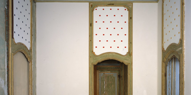 Niele Toroni Impronte di pennello n. 50 a intervalli regolari di cm 30 (Marks of a # 50 Brush at Regular Intervals of 30 cm), 1984 acrilico su legno / acrylic on wood dimensioni determinate dall'ambiente / dimensions determined by the space Castello di Rivoli Museo d'Arte Contemporanea, Rivoli-Torino foto / photo Paolo Pellion