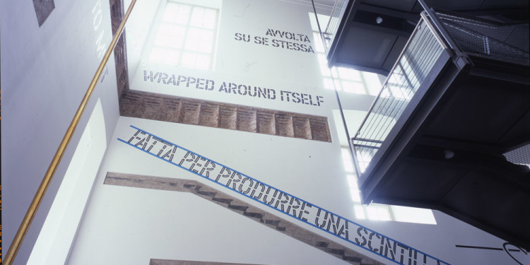 Lawrence Weiner MADE TO PRODUCE A SPARK (FATTA PER PRODURRE UNA SCINTILLA), 2006 lettere e segni in vinile su parete / vinyl lettering and signs on wall dimensioni determinate dall'ambiente / dimensions determined by the space Fondazione per l'Arte Moderna e Contemporanea CRT in comodato presso / on loan to Castello di Rivoli Museo d'Arte Contemporanea, Rivoli-Torino GAM – Galleria Civica d'Arte Moderna e Contemporanea, Torino foto / photo Paolo Pellion