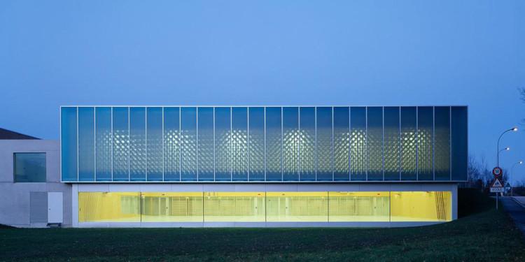 Graeme Mann & Patricia Capua Mann Architectes, Double gymnasium, Borex-Crassier, Switzerland, 2007 © Thomas Jantscher