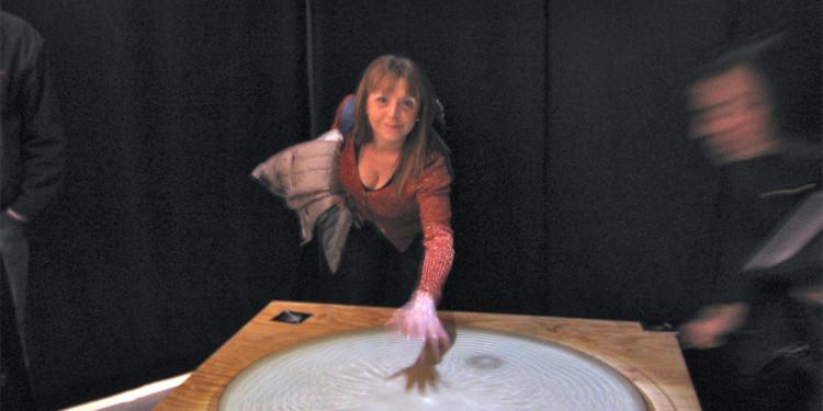Raffaella Losapio suona il tamburo di pelle alla mostra WOMEN AND THEIR SKIN (PELLE DI DONNA) - Milan Triennale