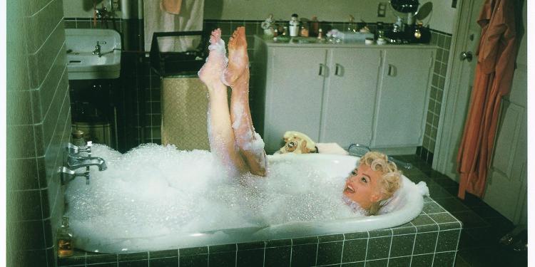"""Sam Shaw, Marilyn nella scena del bagnoschiuma sul set di """"Quando la moglie è in vacanza"""", 1955, fotografia, 67 x 100 cm, collezione privata"""
