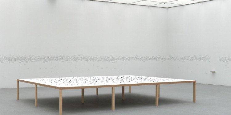 IN THE SPACE OF THE BEHOLDER | CONTEMPORARY SCULPTURE Roman Ondák (*1966), Passage, 2004, miniature sculptures out of aluminium film, table, 90 x 600 x 480 cm, Pinakothek der Moderne, Sammlung Moderne Kunst, 2006 donation of the Outset Contemporary Art Fund Photo: Haydar Koyupinar © Roman Ondák