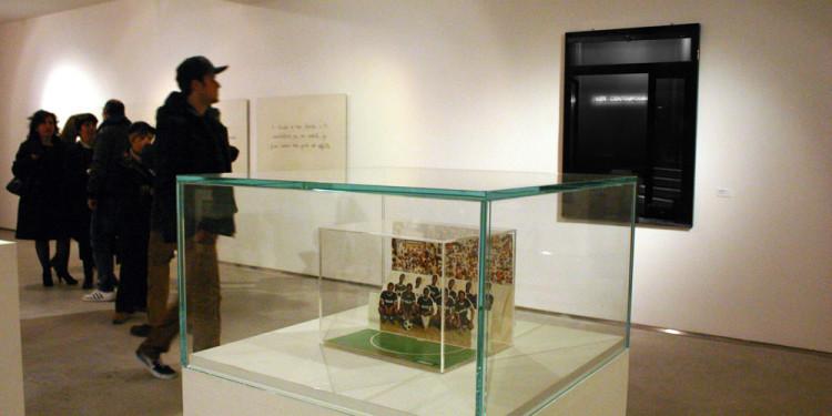 Foto dell'inaugurazione (in primo piano un'opera di Maurizio Cattelan, in fondo un'opera di Nello Teodori, sulla sinistra un'opera di Cesare Viel).