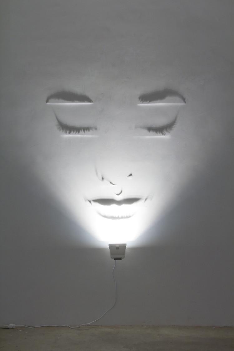 Fabrizio Corneli Sognatrice Annerose - 2011 - ottone verniciato, alogena, ombre, cm 180x150