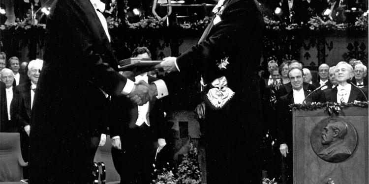 Dario fo riceve il Premio Nobel per la letteratura dal re Carlo Gustavo di Svezia 1997