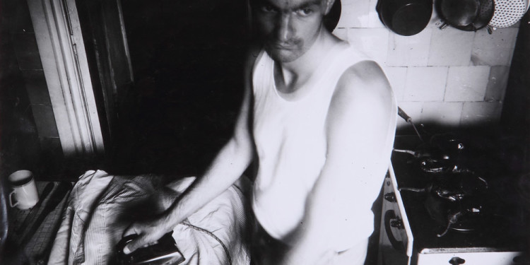 Ion GRIGORESCU: Önarckép a konyhában vasalás közben / Ironing Self-Portrait in the Kitchen, 1976 © József ROSTA / Ludwig Museum - Museum of Contemporary Art, Archives
