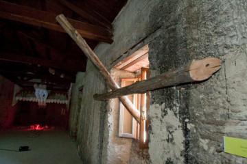 rifiut-arte II mostra d'arte contemporanea a Posta (RI) particolare installazione di Monica Renzi (croce in legno) e Davide Febbo