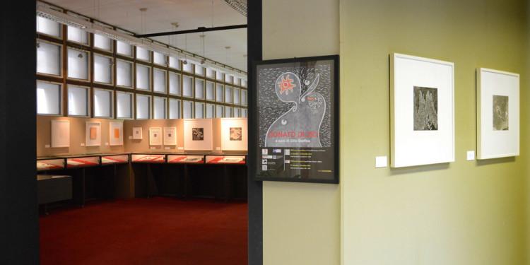 Allestimento della mostra di Donato Di Zio a cura di Gillo Dorfles, Biblioteca Sormani, Milano 2012. Foto Paolo Mariani