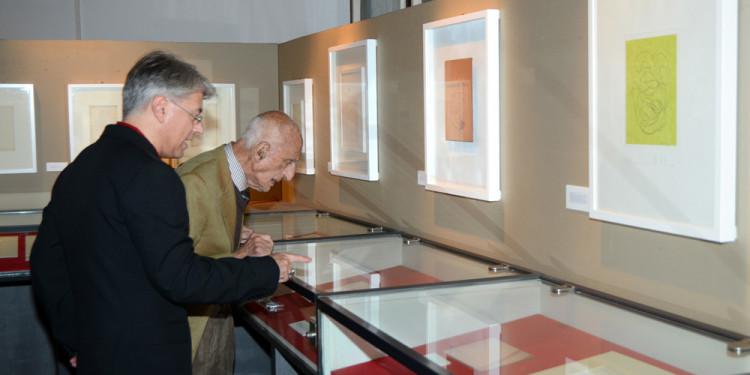 Inaugurazione della mostra di Donato Di Zio a cura di Gillo Dorfles, Biblioteca Sormani Milano. L'artista con il curatore. Foto Paolo Mariani