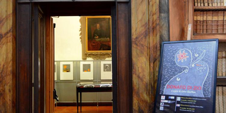 Mostra Donato Di Zio a cura di Gillo Dorfles, Biblioteca Marucelliana, Firenze. Inaugurazione 14.09.2012 veduta dell'ingresso alla mostra dal salone monumentale. Foto Paolo Mariani