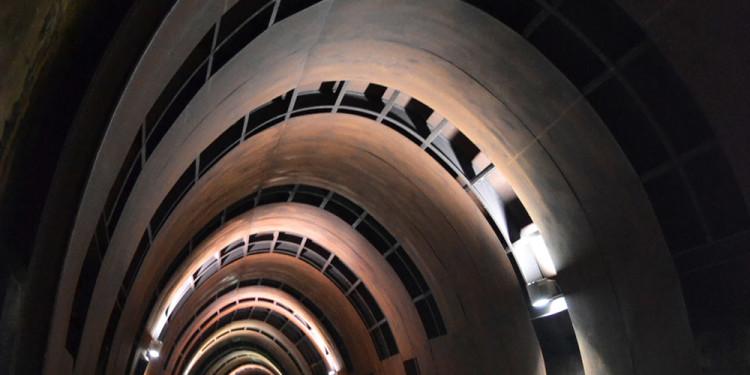3S Studio, Silvia Dagna Serena Galassi Simona Maurone architetti associati. Sistemazione e riuso come passeggiata a mare di un tratto ferroviario dismesso comprendente un tunnel e un tratto di linea, localizzato a Albisola Superiore (SV). L'opera completata nel 2011, indica le potenzialità di progetto insite nel vastississimo campo delle infrastrutture dismesse. Foto D. Voarino