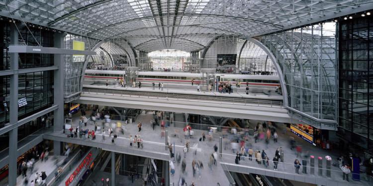 GMP (Gerkan, Marg e Partner), Nuova stazione passante di Berlino, 2006. La stazione è uno dei maggiori scali europei per dimensioni e volume di traffico con circa 300.000 passeggeri al giorno. Si tratta di una stazione di scambio a più livelli che genera, tra l'altro, il tunnel automobilistico che passa sotto il Tiergarten e Il prolungamento della metropolitana U5