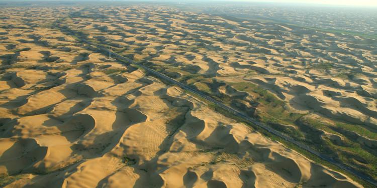 Green-Wall_China_2005 - Già dal 1978 la China ha avviato piani di riforestazione a nord del paese contro l'avanzamento delle sabbie, l'immagine, del 2005, mostra il grande Green Wall, piantato nell'area di Kubuqui nella Mongolia interna.