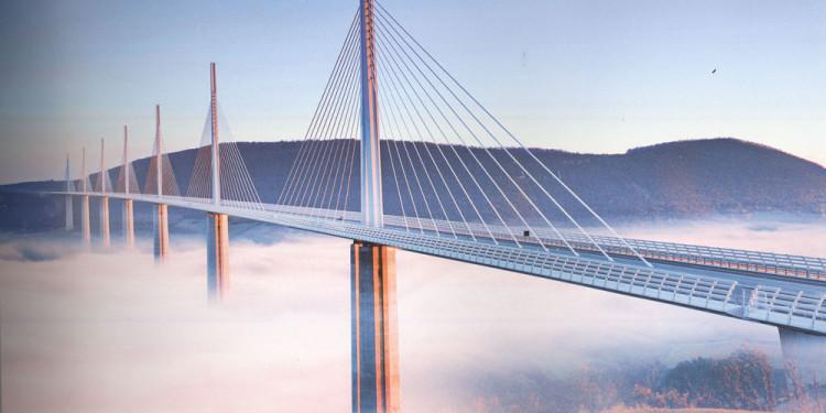 Norman Foster, Viadotto di Millau, Francia, 2004. Opera di Foster (M.Virlogeux e Arcadis per le strutture), rappresenta forse la migliore sintesi di questi anni tra architettura, arditezza strutturale, costruzione e rapporto con il paesaggio.