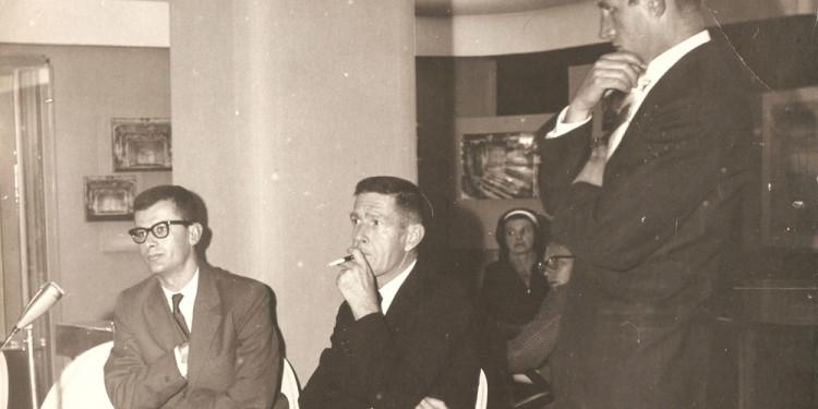 Mirko Chvojka: John Cage a prágai Zeneszínházban (František Fröhlich, Vladimír Lébl társaságában), 1964. szeptember 23. Eva Léblova jóvoltából Mirko Chvojka: John Cage at the Theatre of Music in Prague (with František Fröhlich, Vladimír Lébl) September 23rd, 1964. Courtesy of Ms. Eva Léblová