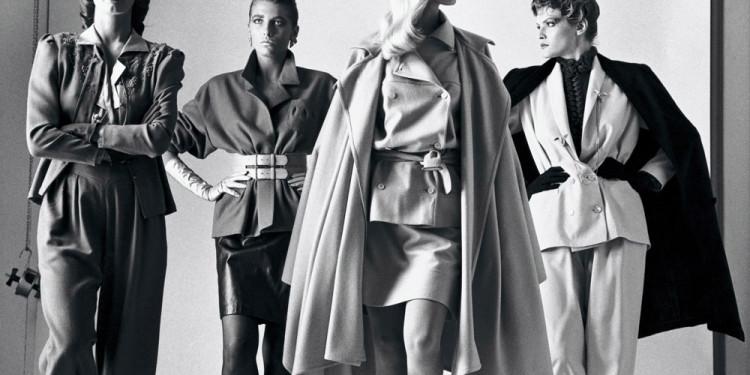 Immagine 1 Helmut Newton Ecco vengono II dalla serie Big Nudes Paris 1981 © Helmut Newton Estate
