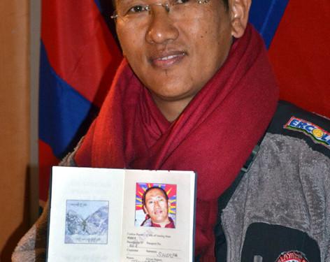 Lama Thupten con primo Passaporto Tibetano (foto di Elisa Costa)