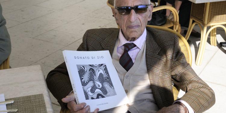 113 Gillo Dorfles con il catalogo pubblicato in occasione della Mostra a sua cura di Donato Di Zio Dentro al Pelago ospitata al Museo d'Arte Moderna Vittoria Colonna a Pescara nel 2006