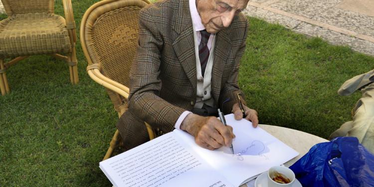 114 Gillo Dorfles mentre firma il catalogo di Donato Di Zio a sua cura pubblicato in occasione della Mostra di Donato Di Zio Dentro al Pelago ospitata al Museo d'Arte Moderna Vittoria Colonna a Pescara nel 2006