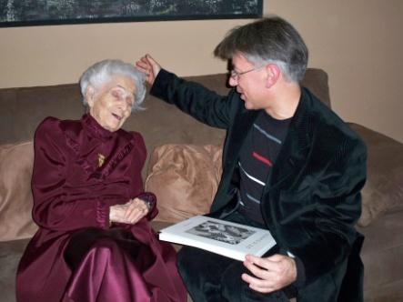 Rita Levi – Montalcini e Donato Di Zio con il suo primo volume a cura di Gillo Dorfles, Roma, 2009