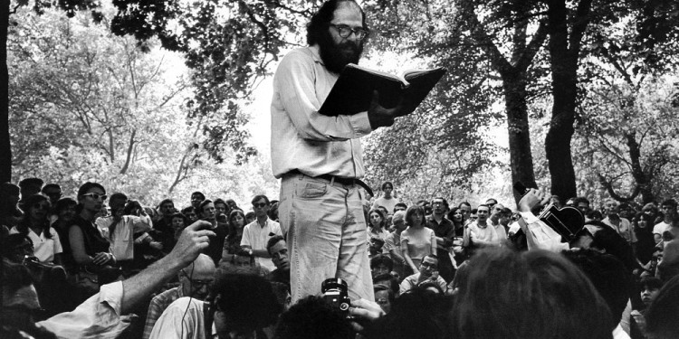 Allen Ginsberg, lecture at the Washington Square Park, New York 1960 © Photo: Charles Gatewood / The Image Works / Roger-Viollet