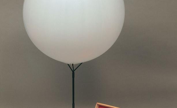 ID 75. Corpo d'aria n. 06, 1959-1960 scatola in legno, contenente palloncino in gomma, tubo per gonfiare e piedistallo, 12,4x42,7x4,8 cm Milano, Fondazione Piero Manzoni in collaborazione con Gagosian Gallery