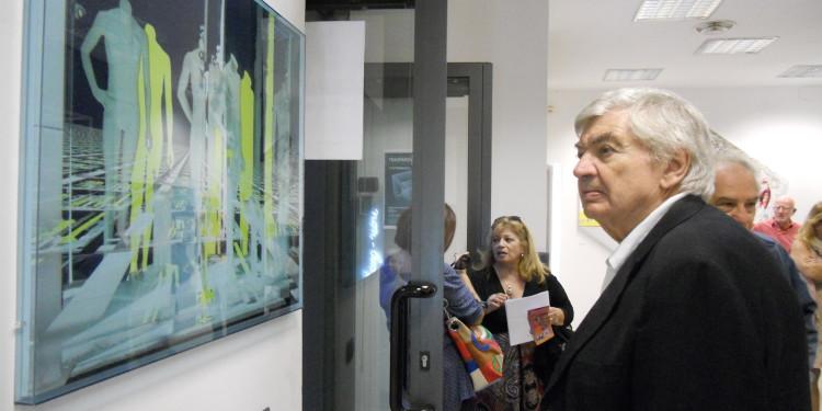 un visitatore riflette osservando l'opera di Raffaella Losapio del 2003 — presso LA TRASPARENZA DEL REALE - RO.MI. e STUDIO.RA / AMACI Giornata del Contemporaneo.