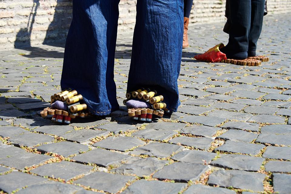 scarpe-pallottole-Josephine-Turalba-particolare-